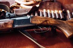 Appuyé sur la gâchette du fusil de chasse Saison de chasse fermée et ouverte Équipement de chasse photographie stock