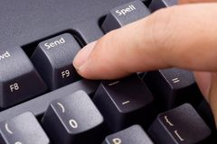 Appuyer de doigt envoient le bouton Photo stock