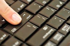 Appuyer du doigt du femme introduisent la clé photos libres de droits