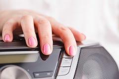 Appuyer sur le bouton cd d'éjection du media player Photographie stock libre de droits
