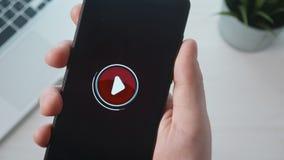 Appuyer sur le bouton de jeu sur le smartphone banque de vidéos