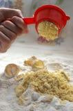 Appuyez les jaunes pour préparer le gâteau Image libre de droits
