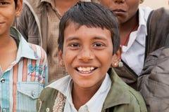 AppyJunge Ð, der mit Schulfreunden lächelt Lizenzfreie Stockbilder