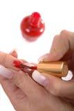 appying красный цвет маникюра Стоковое фото RF