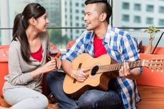 Après avoir rapproché le jeune homme joue la chanson d'amour pour son girlfrie Images stock