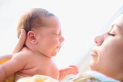 Après bébé nouveau-né d'accouchement photos stock
