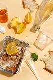 Après banquet est de finition Nourriture gaspillée sur la table après dîner Restes, plats vides, nourriture et repas mangés par m photo libre de droits