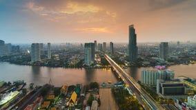 Après coucher du soleil, vue aérienne au-dessus de pont principal de rivière de Bangkok avec la ville du centre photographie stock libre de droits