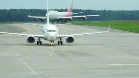 Après de grands et petits avions dans l'aéroport jaune de bande après le débarquement banque de vidéos