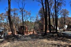 Après des maisons des feux de brousse rasées Images libres de droits