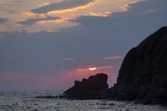 Après hausse, le soleil vêtu des nuages au-dessus de la roche Vue de station de vacances de Sinemorets, côte du sud de la Mer Noi photo stock