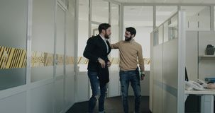 Après jeune homme d'entrevue ayez l'émotion passionnante son collègue des regards de bureau à lui et commencez au sourire banque de vidéos