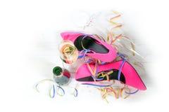 Après la partie, les dames dentellent des chaussures de talons hauts se trouvant sur le plancher Photo stock