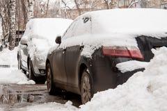 Après la voiture de tempête de neige couverte dans la neige Photos stock