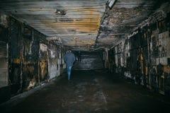 Après le feu dans le croisement souterrain Murs carbonisés de couloir photo stock