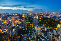 Après le paysage urbain de Bangkok de coucher du soleil Images stock