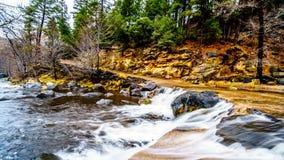 Après les précipitations lourdes, l'eau d'Oak Creek inondant le croisement de route Oak Creek au canyon de verger entre Sedona et image stock