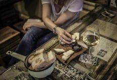 Après-midi avec des amis tout en ayant un apéritif et buvant un verre de vin dans le restaurant Images libres de droits