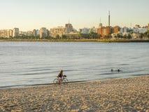 Après-midi gentil à la plage à Montevideo Image stock