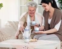 Après-midi gentil avec la grand-mère Photos stock