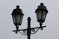 Après-midi noir métallique de lanterne contre un ciel gris Photographie stock libre de droits