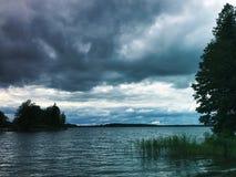 Après-midi nuageux sur le lac dans Sastamala Photographie stock libre de droits