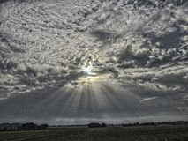 Après-midi Sun traversant les nuages photos libres de droits