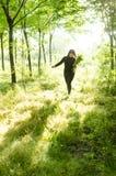 Après-midi, tenant la femme de wildflowers Photographie stock
