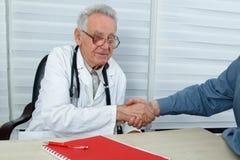 Après que le docteur et le patient de consultation se serrent la main Photographie stock