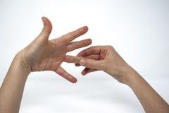 Apr?s divorce, une femme enl?ve son anneau l'?pousant images libres de droits