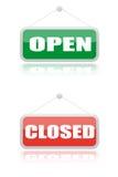 Apra ed insegna vicina dei negozi Immagini Stock