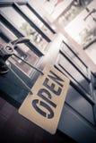 Apra firmano dentro il caffè della via Fotografie Stock Libere da Diritti