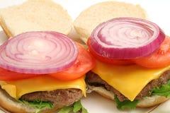 Apra gli hamburger w/onion sulla parte superiore Fotografia Stock Libera da Diritti