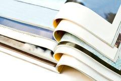 Apra le riviste isolate su fondo bianco immagine stock