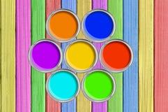 Apra i barattoli di latta con pittura su struttura di legno dipinta di colore Immagine Stock