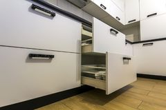 Apra i cassetti della cucina con i piatti e foggia a coppa i piatti Fotografia Stock Libera da Diritti
