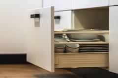Apra i cassetti della cucina con i piatti e foggia a coppa i piatti Fotografie Stock Libere da Diritti
