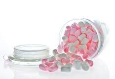 Apra il barattolo di vetro della caramella gommosa e molle rosa e bianca immagini stock libere da diritti