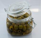 Apra il barattolo di vetro delle olive Fotografie Stock Libere da Diritti