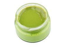 Apra il barattolo di vetro trasparente con wasabi isolato su bianco Fotografie Stock Libere da Diritti
