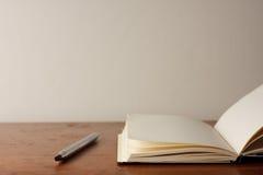 Apra il blocchetto per appunti e la penna Fotografie Stock Libere da Diritti