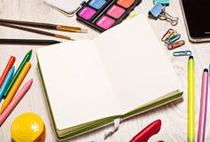 Apra il blocco note con il modello delle pagine in bianco Fotografie Stock Libere da Diritti