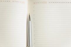 Apra il blocco note con la penna Immagini Stock