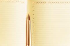 Apra il blocco note con la penna Fotografie Stock