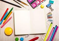 Apra il blocco note con le pagine in bianco sulla tavola Fotografie Stock