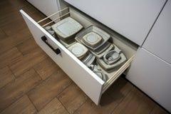 Apra il cassetto della cucina con i piatti dentro, una soluzione astuta per stoccaggio della cucina e l'organizzazione immagini stock