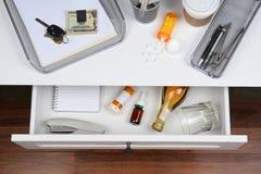 Apra il cassetto dello scrittorio con le bevande Fotografia Stock Libera da Diritti