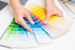 Apra il catalogo di colori del campione di pantone immagine stock