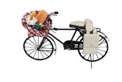 Apra il cestino dell'alimento di picnic sulla bicicletta Immagini Stock Libere da Diritti