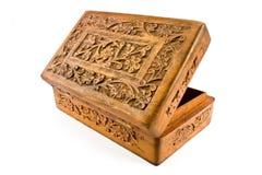Apra il cofanetto di legno con il coperchio intagliato dall'India immagini stock libere da diritti